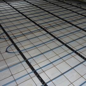 vattenburen golvvärme och plastmatta